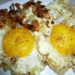 Яичница со шкварками и луком — рецепт
