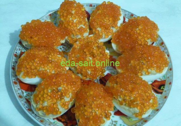 Яйца фаршированные красной икрой фото