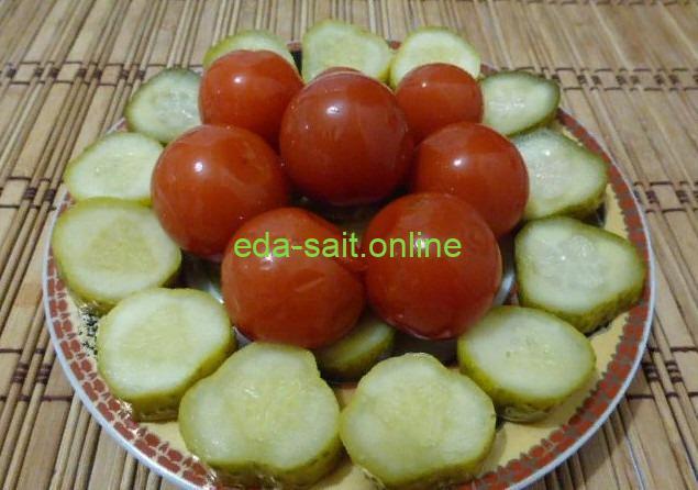 Огурцы и помидоры на тарелке фото