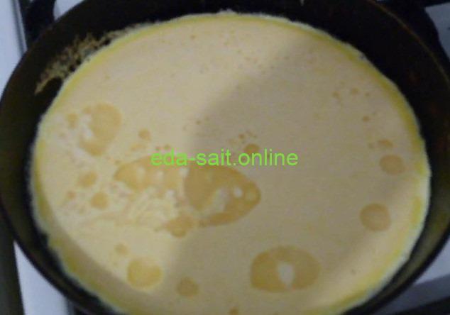 Вылить в сковороду яйца со сметаной