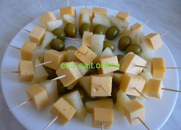 Канапе с сыром, оливками и ананасами фото