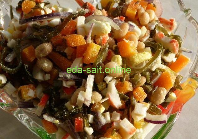 На фото салат с морской капустой и фасолью