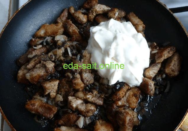 Добавить к грибам и свинине сметану