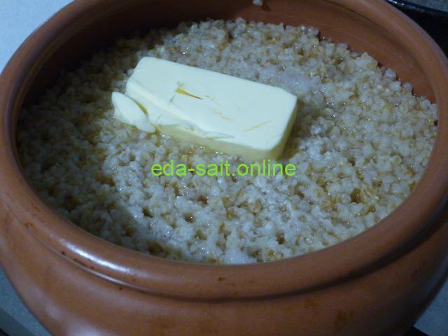 Добавить в пшеничную кашу сливочное масло