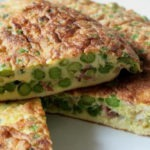 Фриттата с ветчиной сыром и зеленым горошком