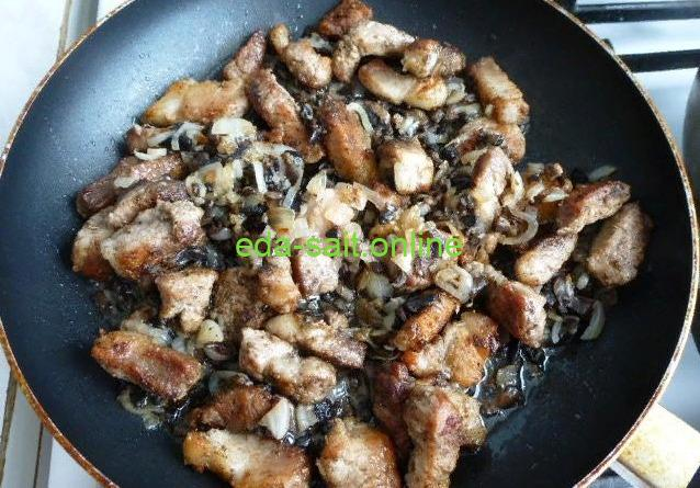 Свинина с грибами и сметаной