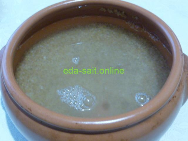 Залить пшеничную крупу водой