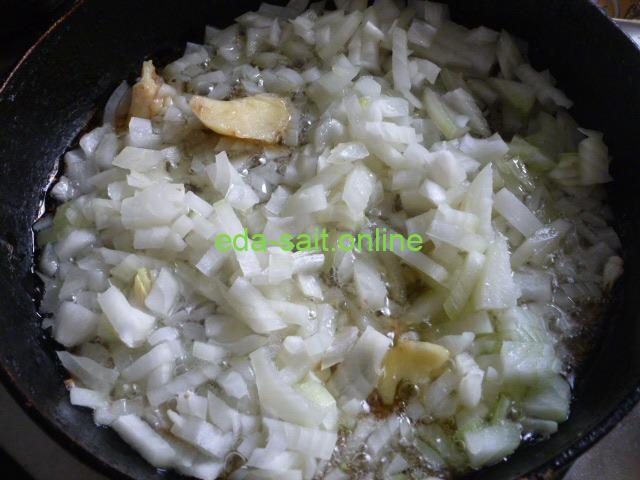 Обжарить лук для картошки с тушенкой