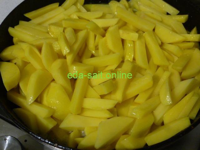 Выложить картошку в сковороду с маргарином