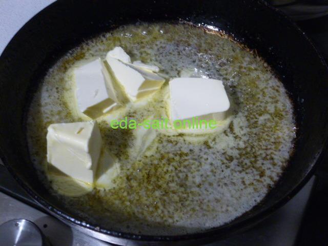 Выложить маргарин в сковороду