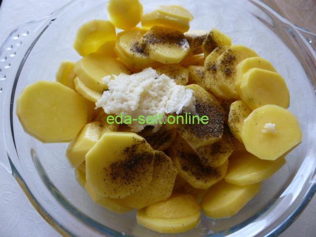 Добавить к картошке соль и перец