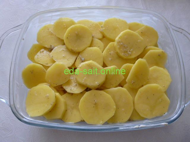 Кружки картошки в форме со сливками