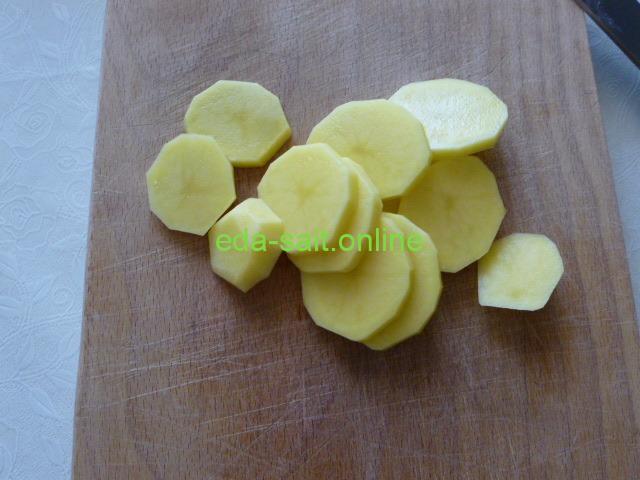Нарезать картошку тонкими кружками