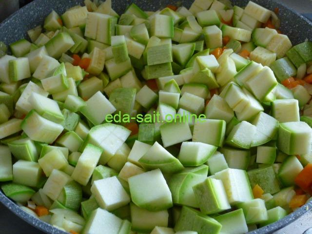 Добавить кабачки к луку и моркови