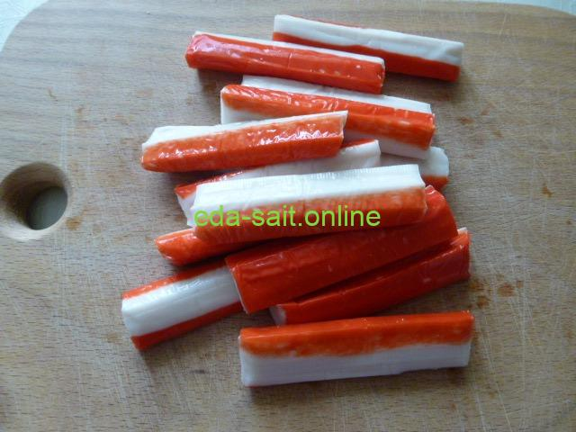 Нарезать крабовые палочки в салат