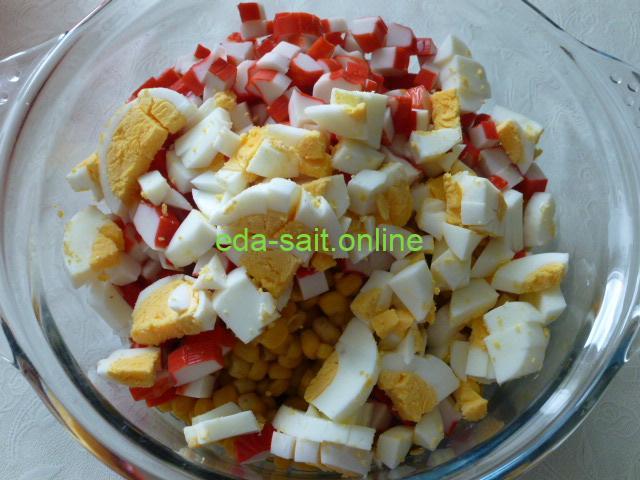 Выложить яйца в салат