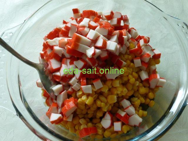 Выложить в салат с морской капустой и кукурузой крабовые палочки