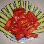 Красивая нарезка из огурцов и томатов — сервировка