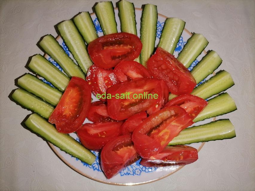 Красивая нарезка из огурцов и томатов фото сервировки