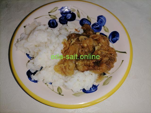 Говяжья печень с отварным рисом и луком вариант сервировки на тарелке фото