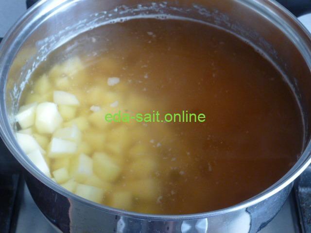 Заложить в гороховый суп картошку