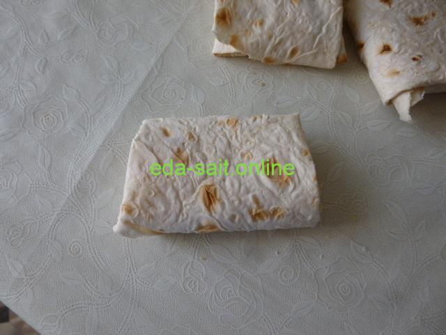 Завернуть в лаваш колбасу и сыр
