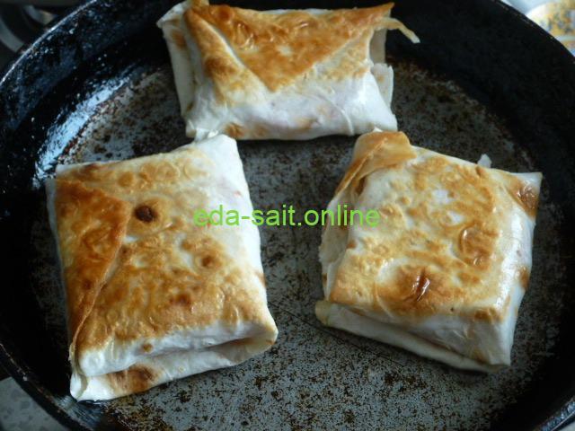 Конвертики из лаваша с сыром и колбасой пошаговый рецепт