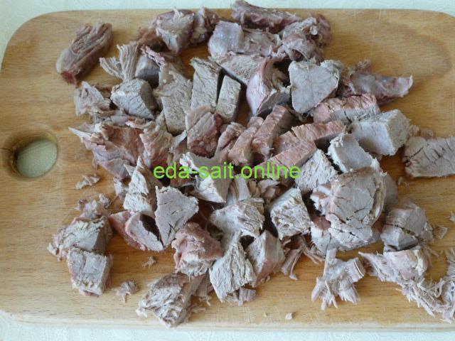 Нарезать говядину для щей кубиками