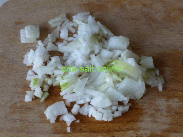 Нарезать лук для пиццы с колбасками