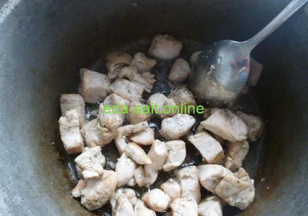 Обжарить курицу для лагмана