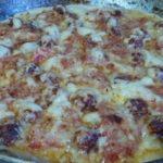 Пицца с колбасками, помидорами и сыром