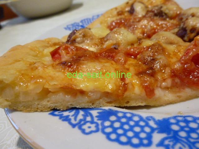 Пицца с колбасками в разрезе