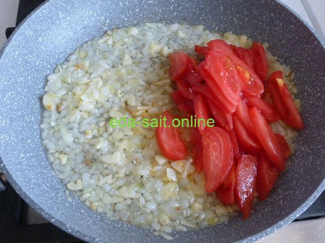 Выложить помидоры к луку и чесноку