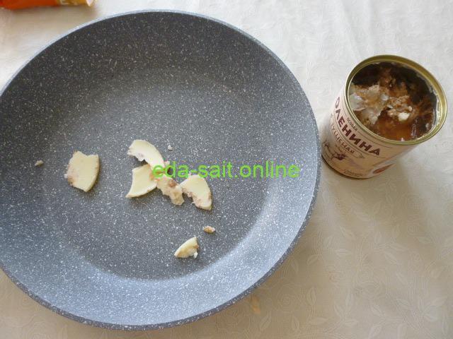Выложить жир от тушёнки в сковороду