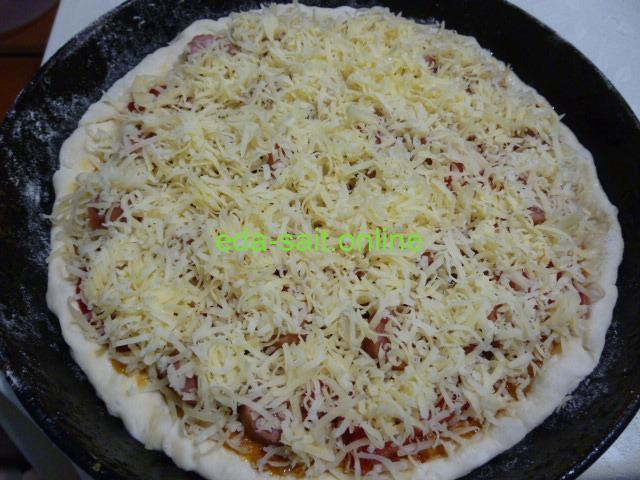 Посыпать пиццу с икрой сыром