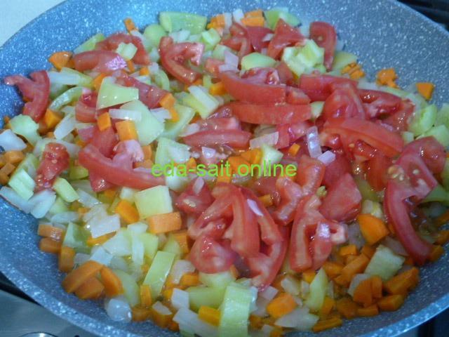 Обжарить овощи для супа с пельменями