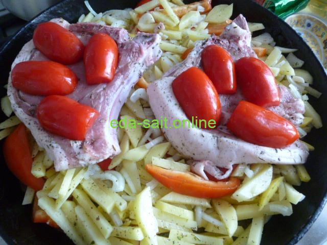 Выложить к овощам свиные стейки