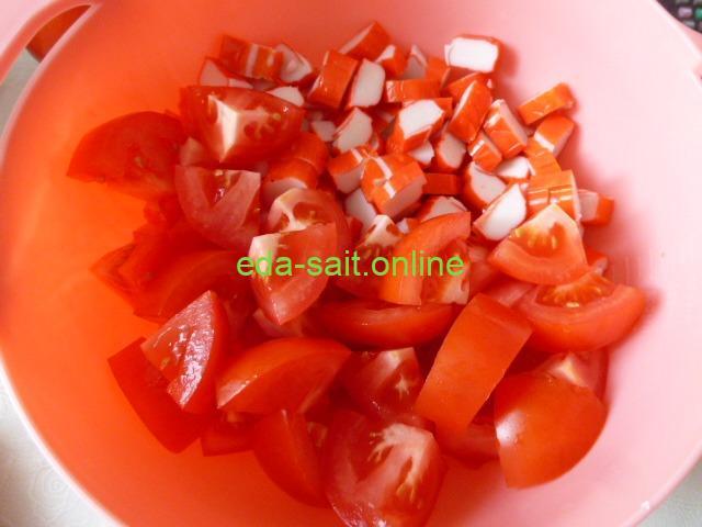 Как приготовить салат из крабовых палочек с помидорами и сыром