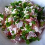 Салат из крабовых палочек с помидорами и сыром